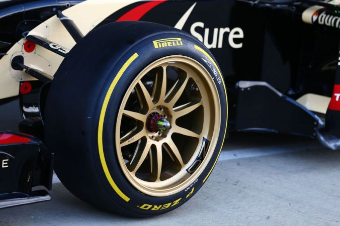 Lotus-Pirelli-18-Zoll-F1-Test-Silverstone-2014-fotoshowBigImage-109285fa-792845